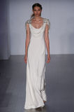 模型走跑道在海利Paige时装表演在秋天2015新娘收藏时 免版税库存照片