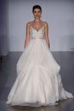 模型走跑道在海利Paige时装表演在秋天2015新娘收藏时 免版税图库摄影