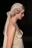 模型走跑道在约翰娜约翰逊跑道展示在秋天2015新娘收藏时 免版税图库摄影