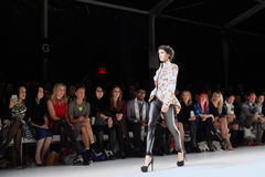 模型走跑道在纽约生活时装表演在MBFW秋天期间2015年 免版税库存照片