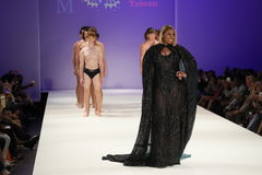 模型走跑道在马兰・布莱顿时装表演 免版税库存照片