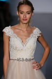 模型走跑道在Alvina瓦伦塔时装表演在秋天2015新娘收藏时 免版税库存图片