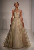 模型走跑道在Amsale时装表演在秋天2015新娘收藏时 库存图片