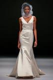 模型走跑道在Badgley Mischka时装表演在秋天2015新娘收藏时 免版税库存图片