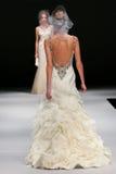 模型走跑道在Badgley Mischka时装表演在秋天2015新娘收藏时 免版税库存照片