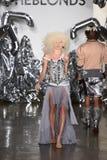 模型走跑道在Blonds时装表演 免版税库存图片