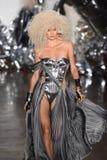 模型走跑道在Blonds时装表演 库存图片