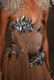 模型走跑道在Blonds时装表演 库存照片