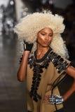 模型走跑道在Blonds时装表演 免版税库存照片