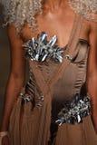 模型走跑道在Blonds时装表演 免版税图库摄影