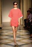 模型走跑道在Chicca Lualdi展示期间作为米兰时尚星期的部分 图库摄影