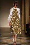 模型走跑道在Chicca Lualdi展示期间作为米兰时尚星期的部分 免版税库存照片