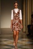 模型走跑道在Chicca Lualdi展示期间作为米兰时尚星期的部分 免版税库存图片