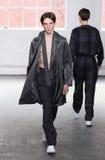 模型走跑道在Duckie布朗时装表演在奔驰车时尚星期秋天期间2015年 免版税库存照片