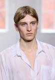 模型走跑道在Duckie布朗时装表演在奔驰车时尚星期秋天期间2015年 库存图片