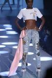 模型走跑道在Philipp普莱因时装表演 免版税图库摄影