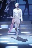 模型走跑道在Philipp普莱因时装表演 免版税库存照片