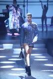 模型走跑道在Philipp普莱因时装表演 免版税库存图片