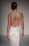 模型走跑道在Sottero和Midgley时装表演在秋天2015新娘收藏时 免版税库存照片