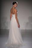 模型走跑道在Sottero和Midgley时装表演在秋天2015新娘收藏时 库存照片