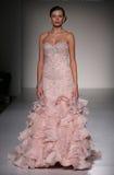 模型走跑道在Sottero和Midgley时装表演在秋天2015新娘收藏时 免版税图库摄影