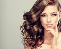 年轻模型画象与波浪,密集的头发的 免版税图库摄影