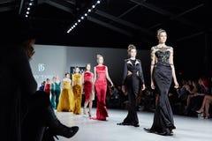 模型Dany Tabet礼服的步行跑道在MBFW秋天期间的纽约生活时装表演2015年 免版税图库摄影