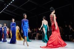 模型Dany Tabet礼服的步行跑道在MBFW秋天期间的纽约生活时装表演2015年 免版税库存图片