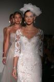 模型Sottero和Midgley的步行跑道时装表演在秋天2015新娘收藏时 免版税库存照片