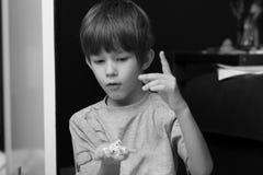 模子,兴奋表情男孩铸件堆的黑白画象  库存照片