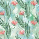 模式无缝热带 红色花,在绿色背景的棕榈叶 图库摄影