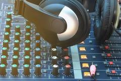 模式音乐录音设备在控制室 免版税库存图片
