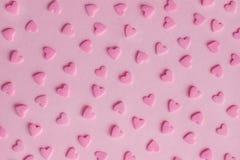 模式 在桃红色背景,纹理的桃红色糖果店心脏 免版税库存照片