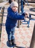 模拟器的男孩在公园 免版税库存图片