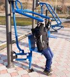 模拟器的男孩在公园 库存照片