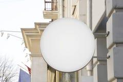 模板标志大模型户外 在葡萄酒大厦的白色广告广告牌 库存照片