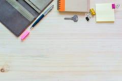 模板的办公桌嘲笑与笔记本、日志盖子和笔 免版税库存照片
