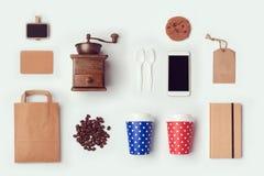 模板的咖啡店嘲笑与纸袋和杯子 平的位置 免版税库存照片