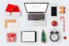 模板的圣诞节嘲笑与品牌身份设计的便携式计算机 在视图之上 库存图片