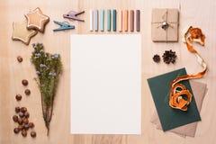 模板的圣诞节嘲笑与在木背景的乐趣手工制造装饰 顶视图 库存照片