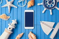 模板的智能手机嘲笑暑假app介绍的 在视图之上 平的位置 免版税图库摄影