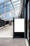 模板的清楚的街道标志板嘲笑安置了外部商店 免版税库存图片