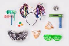 模板的犹太假日普珥节嘲笑与狂欢节面具, hamantaschen曲奇饼或hamans耳朵 在视图之上 库存图片