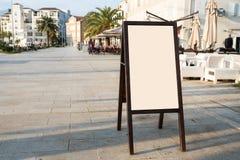 模板的空白白色户外广告立场挂在身上的广告牌嘲笑 免版税库存照片