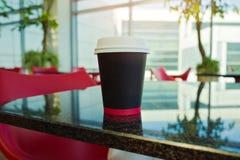 模板的纸咖啡杯嘲笑在现代背景 免版税库存照片