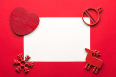 模板的贺卡嘲笑与在木背景的圣诞节装饰 在视图之上 免版税图库摄影