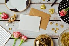 模板的贺卡嘲笑与玫瑰色花和巧克力在木背景 在视图之上 免版税库存照片