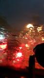 模糊与大雨的交通堵塞在汽车` s前面玻璃 库存照片