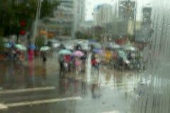 模糊和defocused人民穿过了街道 免版税库存照片