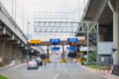 模糊在收集在曼谷Th的高速公路的通行费的汽车 库存照片